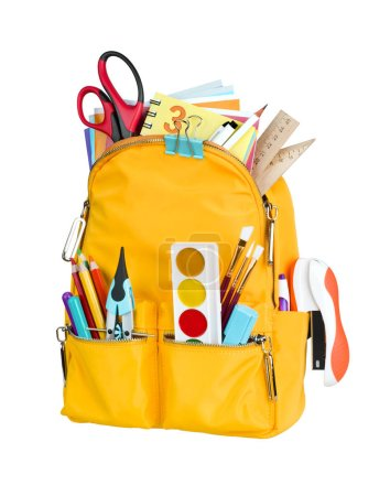 Photo pour Sac à dos scolaire jaune avec fournitures scolaires isolées sur fond blanc - image libre de droit