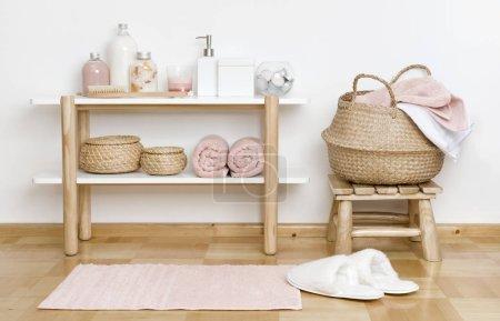 Photo pour Salle de bain partielle avec étagère en bois, tabouret et produits de spa - image libre de droit
