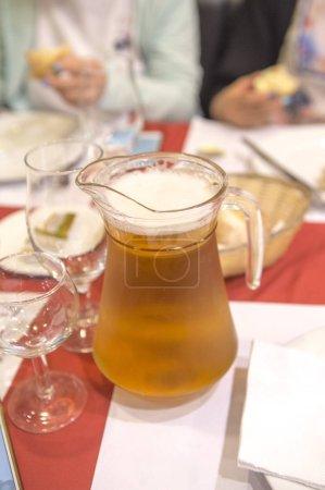 Photo pour Bocal en verre de bière sur la table du dîner - image libre de droit
