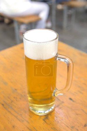 Photo pour Verre de bière sur la table - image libre de droit