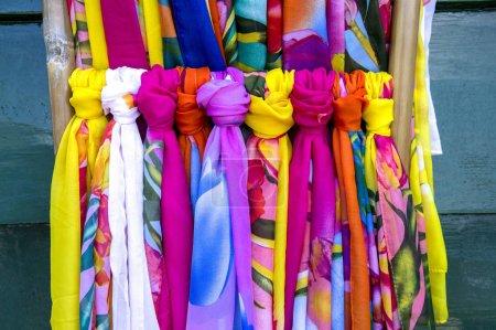 Photo pour Textile coloré sur le marché - image libre de droit