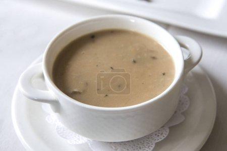 Photo pour Soupe aux champignons dans un bol blanc - image libre de droit