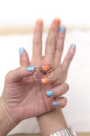 Photo pour Belles mains féminines avec vernis à ongles, isolées sur fond blanc - image libre de droit