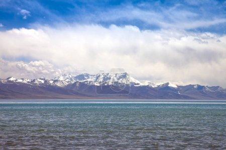 Photo pour Montagnes enneigées et lac - image libre de droit