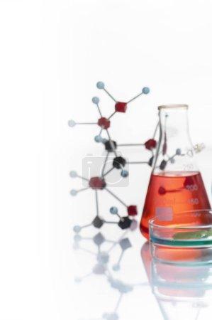 Photo pour Fiole avec liquide rouge en laboratoire - image libre de droit