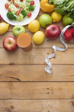 Foto de Concepto de estilo de vida saludable. frutas y verduras frescas en mesa de madera - Imagen libre de derechos