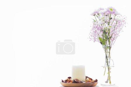 Photo pour Fleurs en vase et bougie avec décor sur fond blanc - image libre de droit