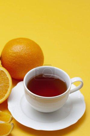 Photo pour Une tasse de thé avec des tranches d'orange. - image libre de droit