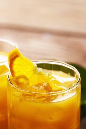 Photo pour Verre de jus d'orange avec glaçons sur fond blanc - image libre de droit