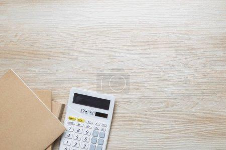Photo pour Cahiers avec calculatrice sur table en bois - image libre de droit