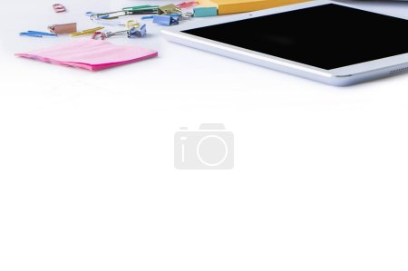Photo pour Tablette pc, trombones et autocollants isolés sur fond blanc - image libre de droit
