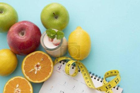 Photo pour Concept de saine alimentation. ruban à mesurer, fruits et légumes frais sur la table - image libre de droit