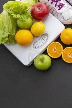 Foto de Concepto de fitness y dieta, frutas, escamas, zapatillas de deporte - Imagen libre de derechos