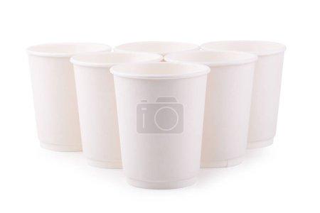 Photo pour Tasses à café en papier blanc à emporter isolées sur fond blanc - image libre de droit