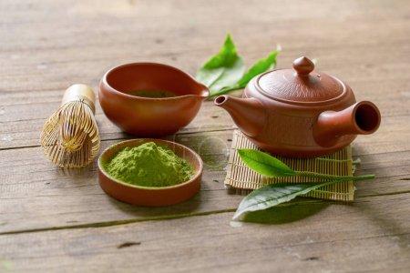 Photo pour Matcha thé vert et thé japonais ensemble. Théière en céramique et une tasse fumante sur fond en bois . - image libre de droit