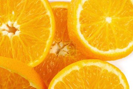 Photo pour Oranges en tranches fraîches sur fond blanc - image libre de droit
