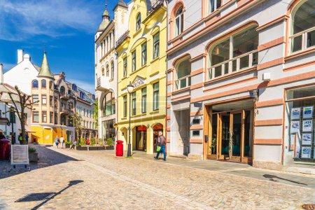 Photo pour Photo de rue de petites maisons de ville à Alesund, Norvège - image libre de droit