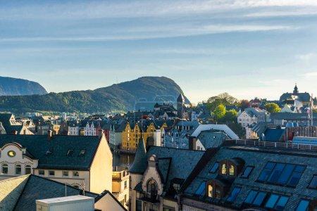Photo pour Petite ville, maisons et montagnes - image libre de droit