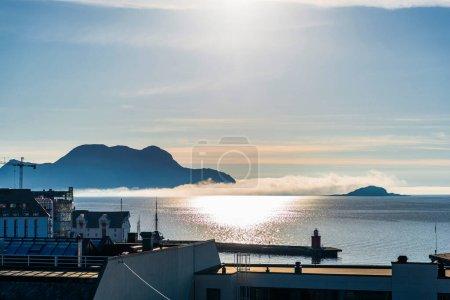 Photo pour Reflet du coucher du soleil sur l'eau du lac, montagnes et jetée - image libre de droit