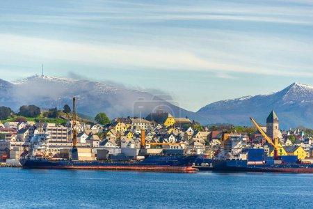 Photo pour Vue sur l'océan, petite ville avec maisons - image libre de droit