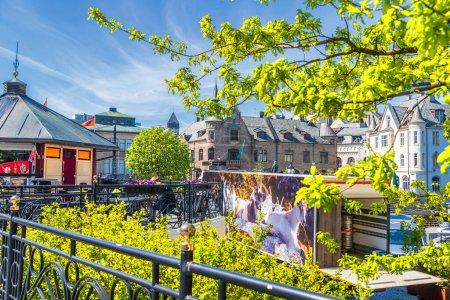 Photo pour Arbres avec feuilles et petites maisons de ville à Alesund, Norvège - image libre de droit