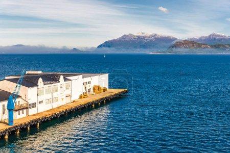 Photo pour Lac en Norvège, jetée sur l'eau avec maisons - image libre de droit
