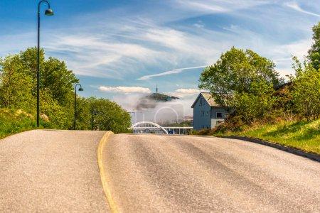 Photo pour Route à la campagne, route de voyage aux maisons et aux arbres - image libre de droit