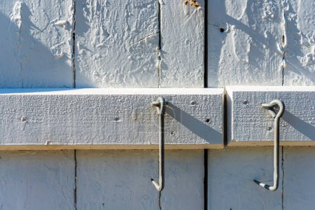 Photo pour Vieille porte en bois avec poignée en métal - image libre de droit