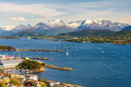 Photo pour Petite ville, maisons et lac en montagne - image libre de droit