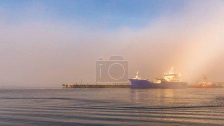 Photo pour Ciel majestueux coucher de soleil, eau du lac et grand navire - image libre de droit
