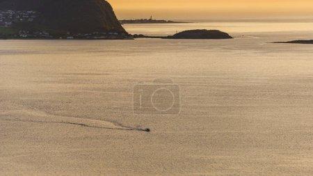 Photo pour Ciel coucher de soleil majestueux sur l'île, la surface de l'eau du lac et les collines rocheuses - image libre de droit