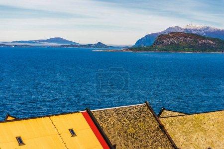 Photo pour Eau bleue, lac dans les montagnes et toit de construction - image libre de droit