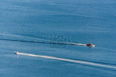 Photo pour Lac bleu surface de l'eau et bateaux à moteur - image libre de droit