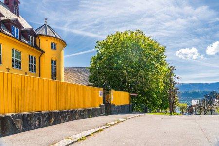 Photo pour Photo de voyage de rue, bâtiment jaune vif à Alesund, Norvège - image libre de droit