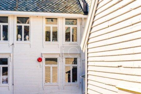 Photo pour Murs et fenêtres de façade de maison blanche - image libre de droit