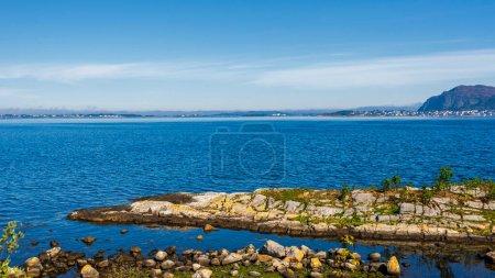Photo pour L'eau bleue du lac en montagne - image libre de droit