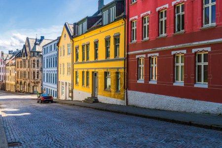 Photo pour Rue voyage photo de petites maisons de ville à Alesund, Norvège, maisons colorées - image libre de droit