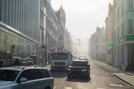 Photo pour Rue voyage photo de petites maisons de ville et voitures sur la route à Alesund, Norvège - image libre de droit