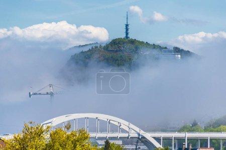 Photo pour Petite ville, maisons dans la fumée brumeuse - image libre de droit