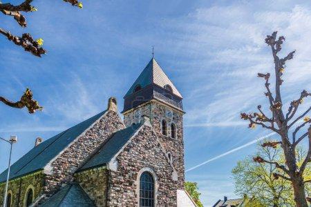 Photo pour Vieux bâtiment de tour de chapelle de briques et ciel bleu - image libre de droit