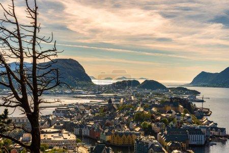 Photo pour Petite ville, maisons et lac en montagne, ciel couchant - image libre de droit