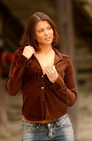 Photo pour Top mignon à manches longues en feutre doux marron sur de gros seins et un jean bleu joli visage - image libre de droit