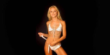 Photo pour Célébrité de Anya Monzikova starlette super modèle féminin adorable de russe né Blonde bombe - haut de Bikini String - couverture et pages centrales du Magazine Joker - beauté - actrice - la couverture du Magazine Runway de Iron Man 2 Maxim - affaire ou aucune affaire- - image libre de droit