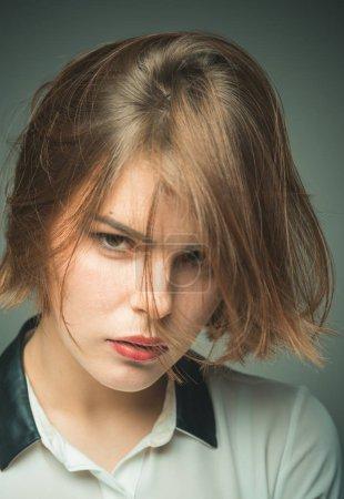 Photo pour Coupez bien pour le type de cheveux. Coiffures courtes mignonnes pour les femmes. Erreurs de coiffure courtes éviter. Fille mystérieux visage cheveux courts regardant caméra. Popularité pour les coiffures courtes comme les lobes et les seins . - image libre de droit