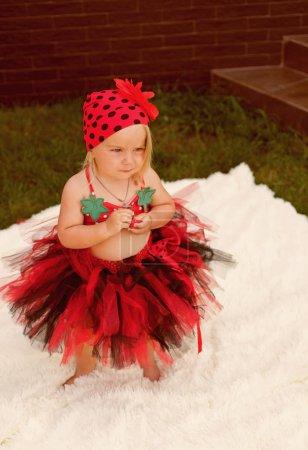 Photo pour À la mode et jolie. Petite fille se détendre sur la journée d'été. Petite fille porter des vêtements de mode. Tendances de la mode pour l'été. Petite fashionista. - image libre de droit