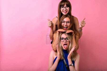 Photo pour Mode style de vie portrait de jeunes filles hipster meilleurs amis posant - image libre de droit