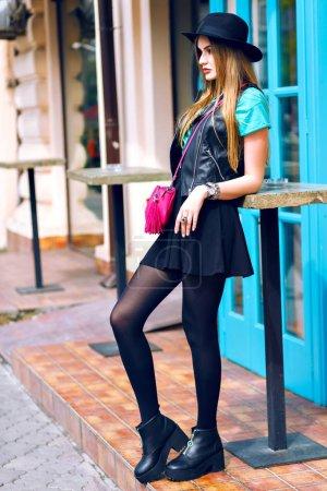 Photo pour Belle jeune femme avec le sac rose croix posant sur la rue - image libre de droit