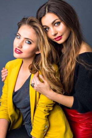 Photo pour Gros plan mode style de vie portrait de deux jeunes filles hipster - image libre de droit