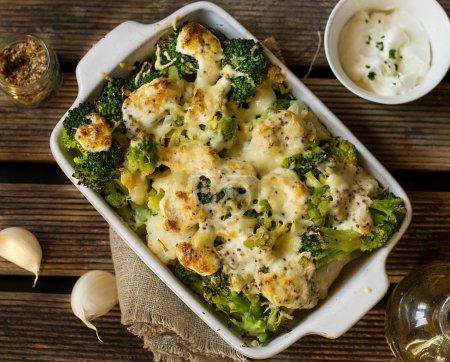 Photo pour Healthy cuit gratin de chou-fleur, brocoli et chou romanesco sauce moutarde et crème - image libre de droit