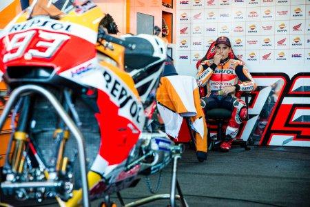 Photo pour 11novembre 2017, Valence, Espagne Qualification de Marc Marquez du team Repsol Honda Motogp dans le garage durant la période d'essais libres 4 - image libre de droit